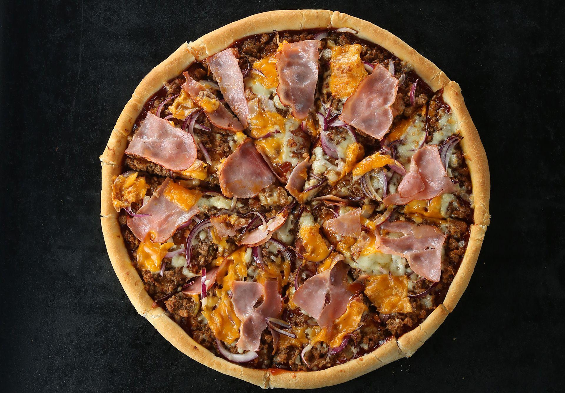 Bacon, cebolla y salsa barbacoa, queso cheddar, una pizza de Punto Pizza