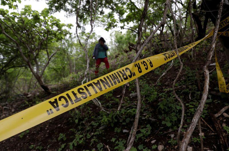 FOTO DE ARCHIVO. Imagen referencial de cinta amarilla policial entre unos arbustos, en Cocula, México. 8 de julio de 2020. REUTERS/Henry Romero