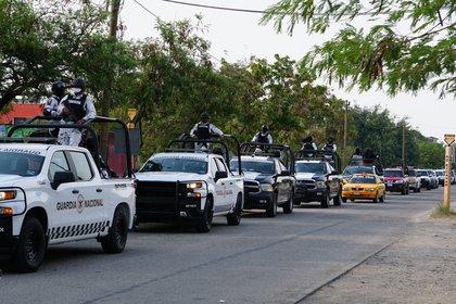 MEX3039. SAN MATEO DEL MAR (MÉXICO), 22/06//2020.- Integrantes de la Guardia Nacional y de la Policía Estatal patrullan este lunes en la comunidad Ikoots San Mateo del Mar (México). Al menos 15 personas fueron asesinadas la noche de este domingo en la comunidad indígena Ikoots San Mateo del Mar, en el estado mexicano de Oaxaca, sur del país, denunciaron este lunes las autoridades locales. EFE/Daniel Ricardez