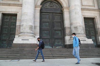 Los deudores hipotecarios y prendarios con cuotas congeladas no podrán acceder a los USD 200 mensuales