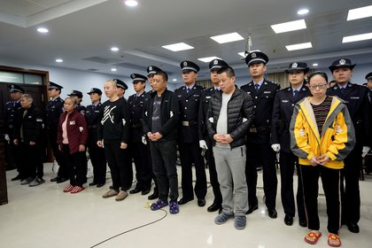 Acusados de contrabandear fentanilo a los Estados Unidos durante una sentencia judicial en Xingtai, provincia de Hebei, China, el 7 de noviembre pasado, en una imagen proporcionada por la Comisión Nacional de Control de Narcóticos de China, un organismo en el foco de atención internacional por su poca colaboración en el combate del tráfico internacional de esta droga (Reuters)
