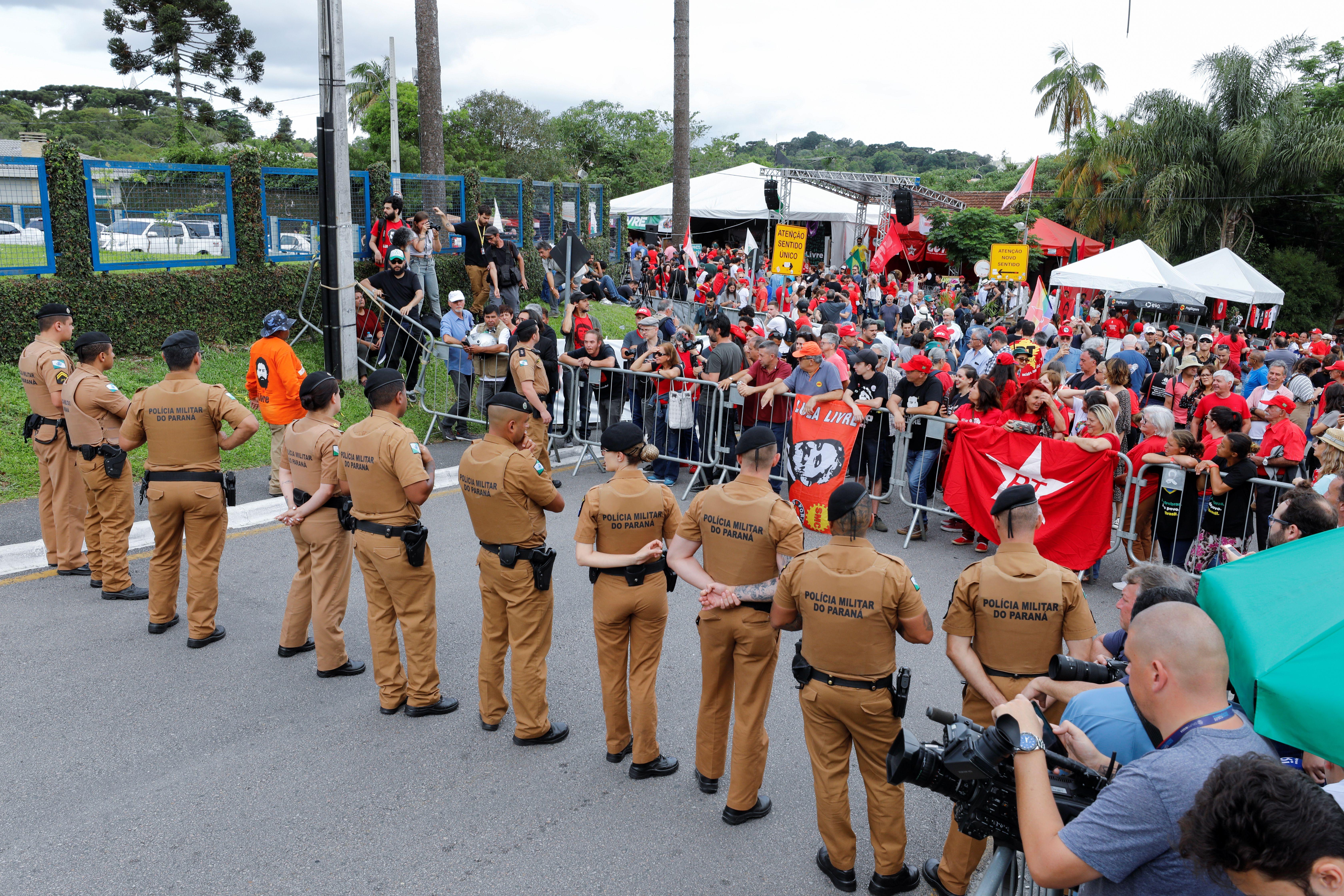 Miembros de las fuerzas de seguridad en las afueras de la prisión de Curitiba a la espera de la liberación de Luiz Inácio Lula da Silva (REUTERS/Rodolfo Buhrer)