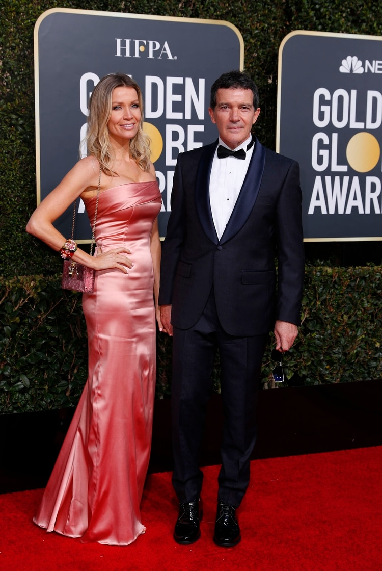 Nicole Kimpel y Antonio Banderas. Ella con un vestido de satén rosado strapless, brazalete y mini bag rígida. Él con black tie en azul con zapatos de charol