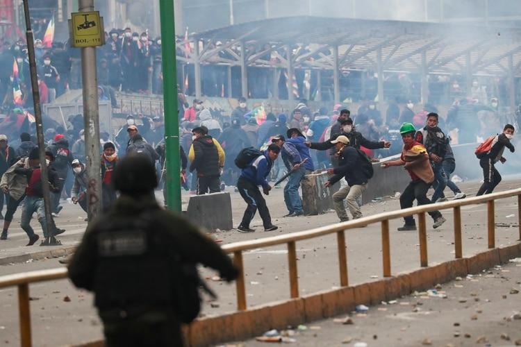 Enfrentamiento entre seguidores de Evo Morales y la policía este miércoles en La Paz, Bolivia. (REUTERS/Henry Romero)