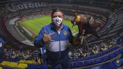 En 2013, luego de perder una apuesta contra el Piojo Herrera, se colocó la playera por segunda ocasión (Foto: Twitter/Club América)