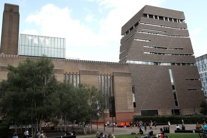 FOTO DE ARCHIVO: La galería Tate Modern aparece en esta foto con vista de la plataforma de observación del 10 piso desde donde arrojaron a un niño de 6 años, el 6 de agosto de 2019, en Londres, Gran Bretaña. REUTERS/Peter Nicholls