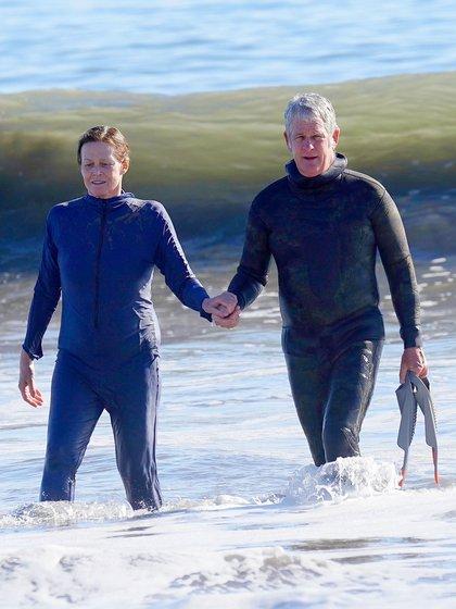 Románticas vacaciones. Sigourney Weaver y su esposo, Jim Simpson, nadaron en las playas de Malibú, California. La pareja lució trajes de neopreno, y el director de cine llevó sus patas de rana. Salieron del mar tomados de la mano