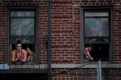 Habitantes de Nueva York participan del aplauso nocturno para los trabajadores de la salud, durante el brote del coronavirus en el distrito de Brooklyn (Reuters)