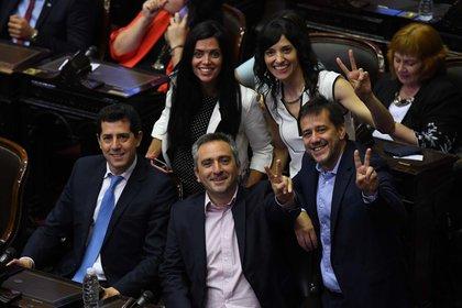 Recalde (a la derecha) juró en diciembre como senador (Foto Maximiliano Luna)