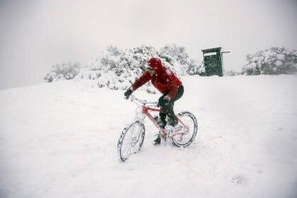 Un desafío complicado: circular con una bicicleta en la colina Filopappou de Atenas (REUTERS/Alkis Konstantinidis)
