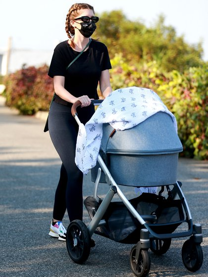 Katherine Schwarzenegger lleva a su bebé Lyla a dar un paseo matutino cerca de su casa en Santa Mónica, California. La esposa de Chris Pratt se convirtió en madre por primera vez a mediados de agosto (Foto: Backgrid / The Grosby Group)
