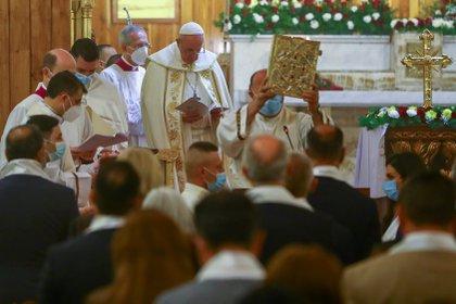 "El Papa Francisco celebra una misa en la catedral caldea de ""San José"" en Bagdad, Irak, el 6 de marzo de 2021. REUTERS / Ahmed Jadallah"
