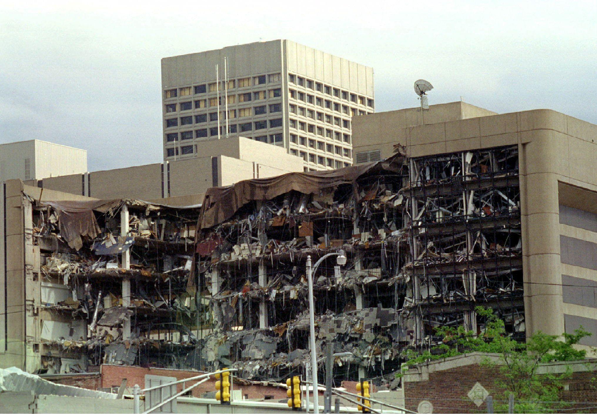 El lado norte del Edificio Federal de Oklahoma, instantes después de la explosión del coche bomba que preparó McVeigh. Murieron 168 personas. REUTERS/Jeff Mitchell