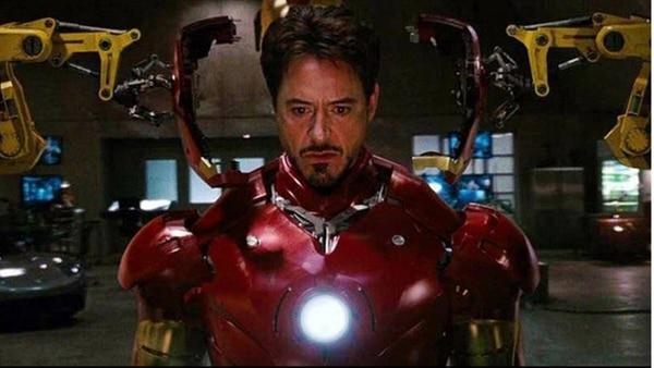 Tony Stark es un empresario multimillonario que construye una armadura increíble y poderosa