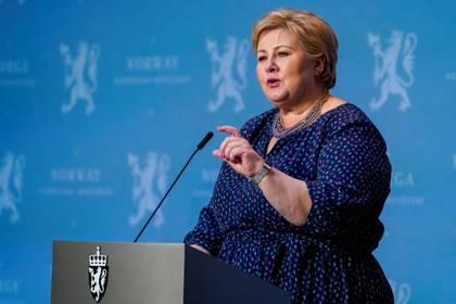 """La premier noruega Erna Solberg admitió que tomó algunas decisiones por """"miedo"""" y que probablemente no hacía falta cerrar las escuelas durante la cuarentena."""