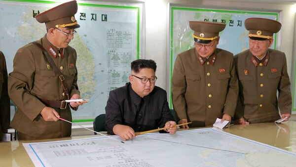 El dictador recibe un informe de parte de líderes militares