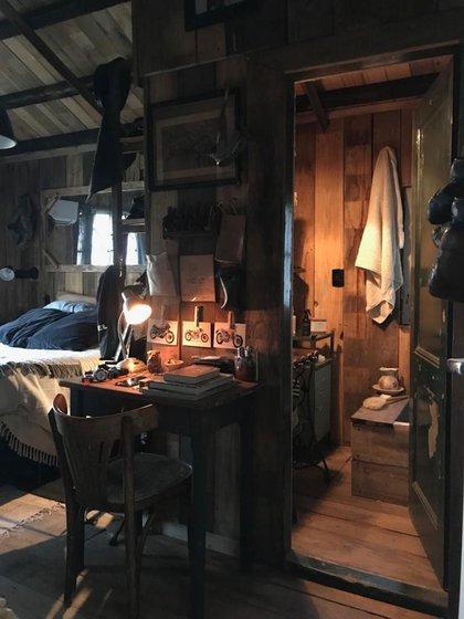 El cuarto de su casa está toda confeccionada con objetos reciclados. Sus materiales predilectos son la madera y el hierro