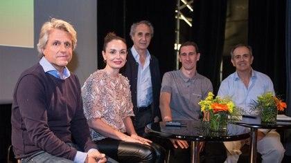 De izquierda a derecha:el arquitectoMartín Bodas, la diseñadora Gabi López, Edgardo Minond, Pau LlimonayAxel Zemborain, también arquitectos
