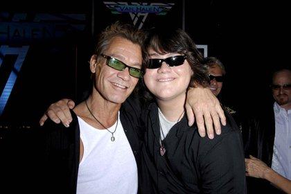 Eddie Van Halen y su hijo Wolfgang Van Halen en el anuncio de la reunión de Van Halen en Los Ángeles el 13 de agosto de 2007 (Michael Germana/Shutterstock)