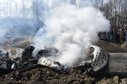 Humo sale de los restos de la aeronave derribada (Tauseef MUSTAFA / AFP)