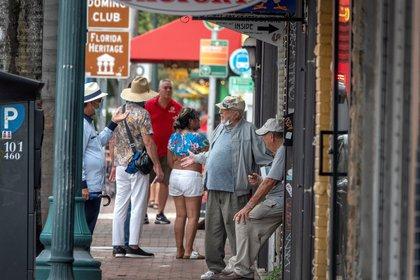 Transeúntes caminan en South Beach (EFE/EPA/CRISTOBAL HERRERA-ULASHKEVICH/Archivo)