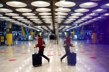 Un pasajero cruza una de las salas del Aeropuerto Adolfo Suárez Madrid-Barajas. EFE/Emilio Naranjo