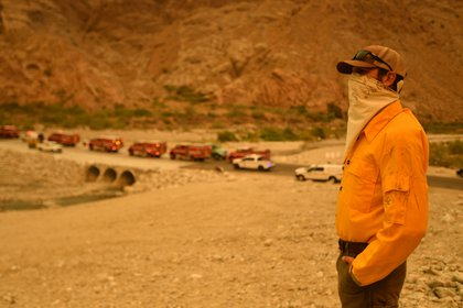 El gerente de Whitewater Preserve Kerry Puckett observa la llegada de los bomberos (JOSH EDELSON / AFP)