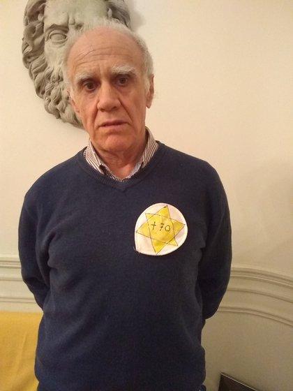 Burucúa, indignado con la medida, y una foto de su invitación a la protesta