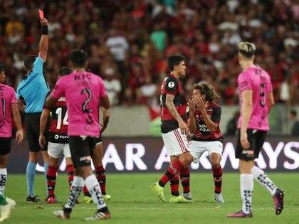 Fernando Rapallini expulsa a Willian Arao de Flamengo a instancias del VAR. En el complemento, también a través de la tecnología, haría lo propio con Cabeza de Independiente del Valle (REUTERS/Ricardo Moraes)