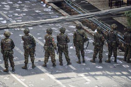 Un grupo de militares vigila durante una manifestación en contra del golpe de estado, dado por la cúpula militar que ocupa el poder en Birmania desde el pasado 1 de febrero. EFE/EPA/LYNN BO BO