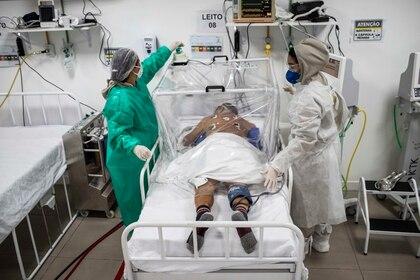 Un paciente de COVID-19 recibe tratamiento este martes en el Hospital Municipal de Campanha Gilberto Novaes, en la ciudad de Manaus (Brasil). EFE/RAPHAEL ALVES