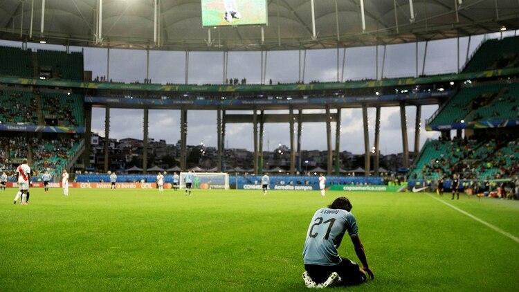 Edinson Cavani queda tirado en el piso luego de que le anularan su gol (REUTERS)