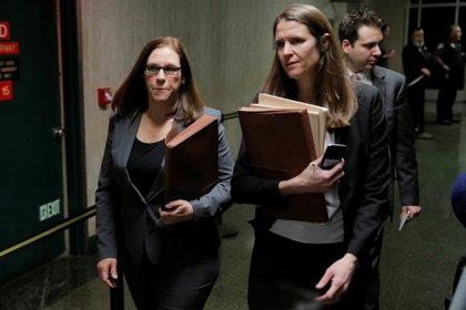 La fiscal adjunta Joan Illuzzi (izq.) abandona el Tribunal Penal el primer día del juicio por asalto sexual del productor de cine Harvey Weinstein en el distrito de Manhattan de la ciudad de Nueva York (REUTERS / Brenda McDermid)