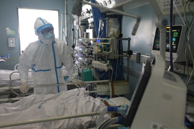 Un trabajador médico es visto en la unidad de cuidados intensivos (UCI) del hospital Jinyintan en Wuhan, el epicentro del nuevo brote de coronavirus, en la provincia de Hubei, China. China Daily via REUTERS