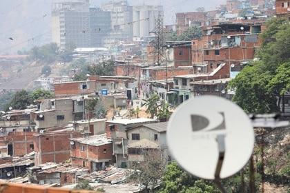 Las antenas de la televisión satelital se ven en un barrio pobre de Catia después de que AT&T Inc anunció el martes que cerró sus operaciones de DirecTV Latinoamérica en Venezuela, en Caracas, Venezuela Mayo 19, 2020. REUTERS/Manaure Quintero