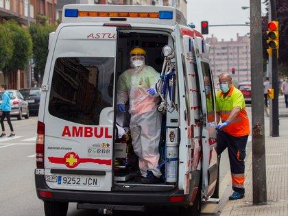 Una ambulancia en el centro de Gijón. EFE/Alberto Morante/Archivo