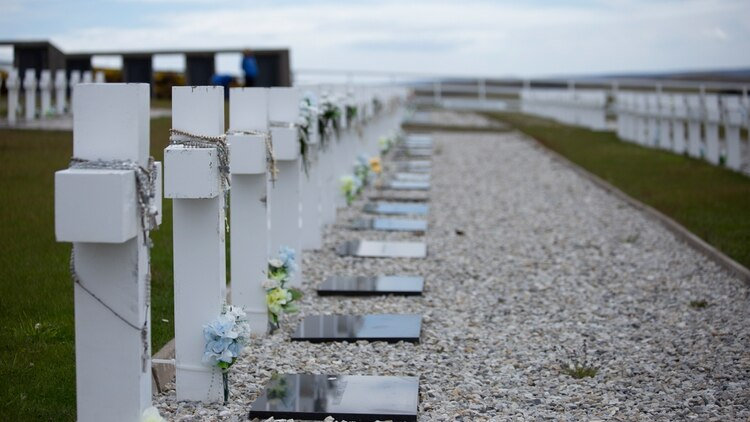 """""""Es importante destacar que, en los últimos cuatro años, se siguió avanzando en el proceso de identificación del ADN de nuestros soldados caídos en las islas, algo que habíamos iniciado en 2010 durante el gobierno de Cristina Fernández"""", dice Filmus. Foto: Archivo DEF."""
