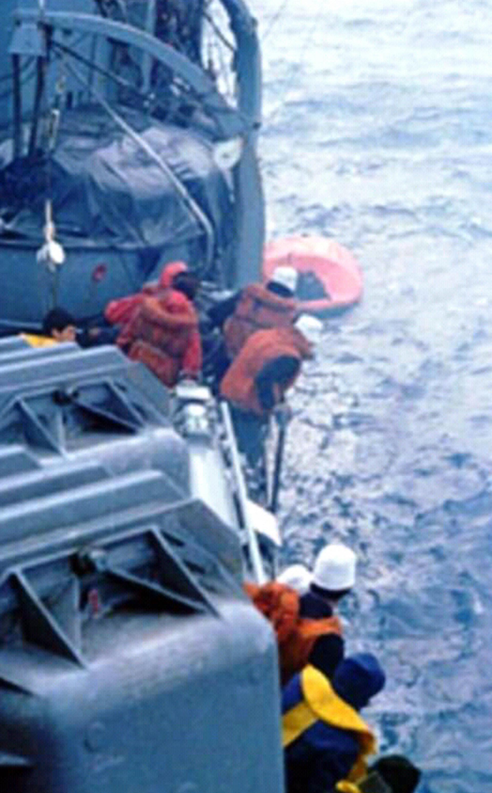 Casi la totalidad de la tripulación del Piedrabuena se encontraba en cubierta tratando de divisar las balsas y asistir en el rescate (Asociación extripulantes ARA Piedrabuena/VGM Luis Lamantia)