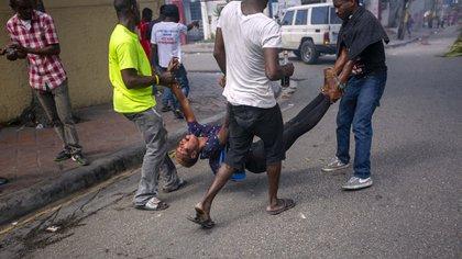 Mientras los pandilleros desfilan a plena luz del día, los ciudadanos no tienen a quién acudir ante la violencia Crédito: Dieu Nalio Chery