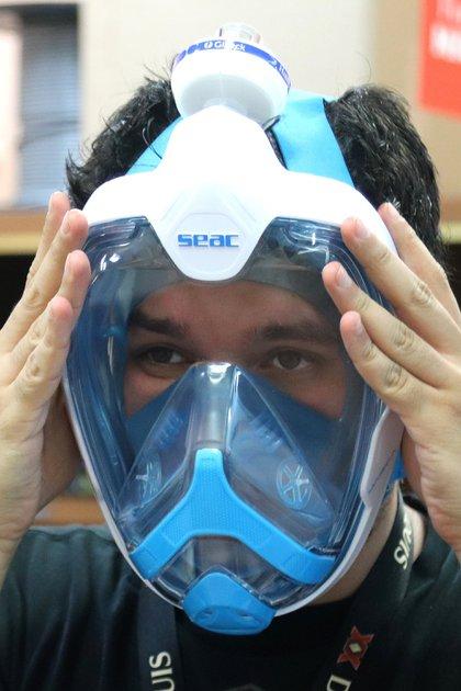 Ingeniero José Rubén Fuentes, del Instituto Nacional de Ciencias Médicas y Nutrición Salvador Zubirán, mientras muestra una mascara protectora (Foto: EFE/ José Pazos)