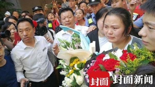 La familia Wang, esperando a Qifeng en el aeropuerto de Chengdu