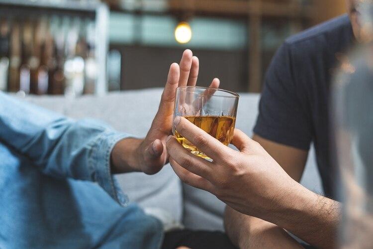 El consumo de alcohol, incluso en niveles moderados, se asocia con un incremento del riesgo de daños y envejecimiento cerebrales (Shutterstock)