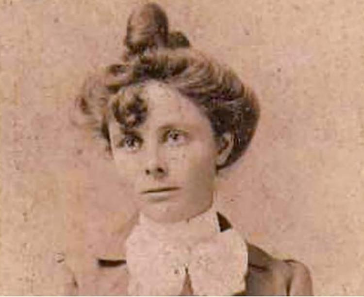 Elena Greenhill Blacker había nacido en Yorkshire, Inglaterra, en 1875. Llegó a Chile en 1888 a bordo del vapor Araucanía, junto a sus padres