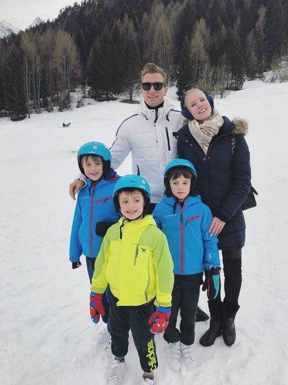 Maxi López con su novio y sus hijos, en la nieve; una postal que hace tiempo no se repetiría