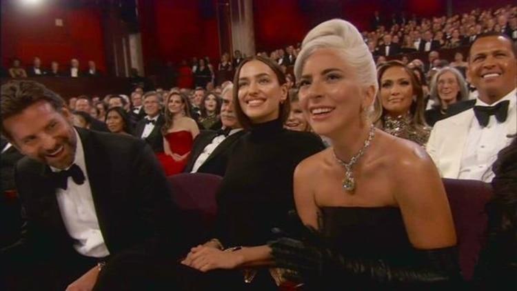 Shayk se sentó entre Cooper y Gaga en la primera fila del Dolby Theatre.