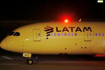 La vacunas llegaron en un avión de LATAM (REUTERS/Mariana Greif)