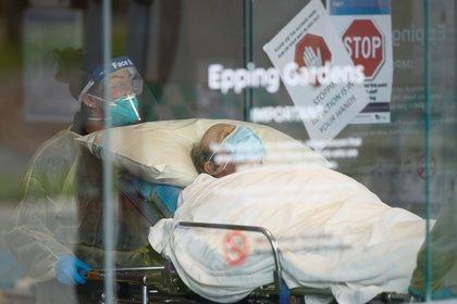 Un paciente es llevado a una ambulancia desde un centro de atención para personas mayores en Melbourne, Australia.  AAP Image/Daniel Pockett via REUTERS