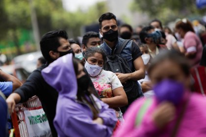 Crowds of people visit La Viga fish market during the outbreak of the coronavirus disease (COVID-19), in Mexico City, Mexico April 1, 2021. REUTERS/Luis Cortes
