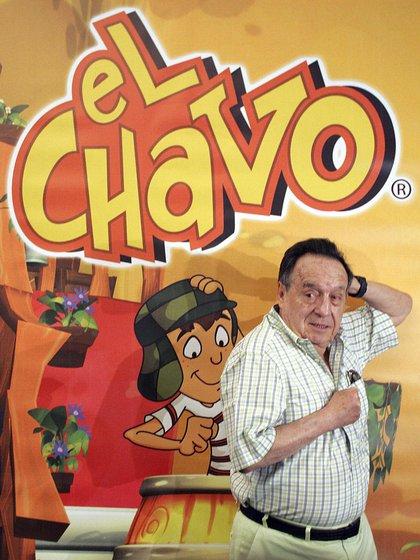 """En 2014, año en que falleció, Roberto Gómez Bolaños posando con su personaje de """"El chavo animado"""" (Foto: AFP)"""