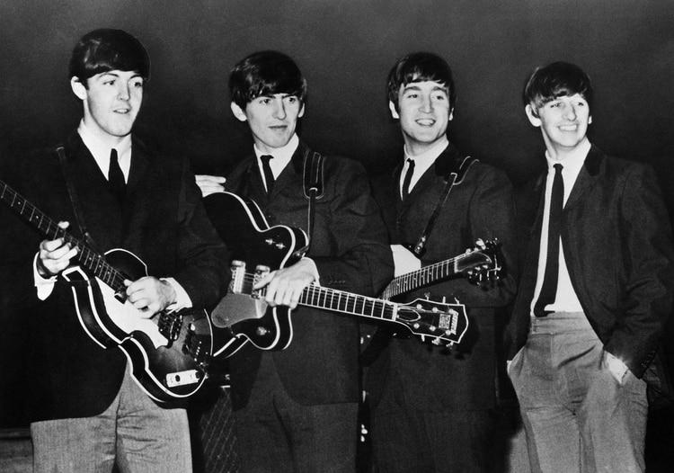 """Una publicación -en tono sarcástico- aseguró que los Beatles habían dejado """"pequeñas pistas"""" sembradas en sus canciones y discos para que alguien atara cabos, para no mentir tanto. Otros atribuyen esto a que todo fue idea del MI5 y que ellos no pudieron negarse pero sí plantar indicios para ser descubiertos (Shutterstock)"""